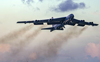 盟国战机护航 美B-52H轰炸机飞越北约30国