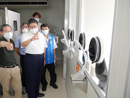 新竹縣長楊文科前往社區篩檢站視察演練。