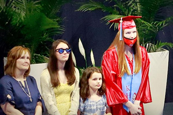 女儿高中毕业礼 部署在中东的军官爸爸送惊喜