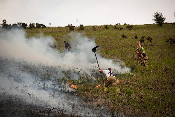 組圖:英國登比郡森林大火 已燒毀600平方米