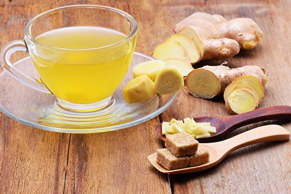 确诊者轻度发烧时,喝生姜汤可发汗、祛风,有助退烧。(Shutterstock)