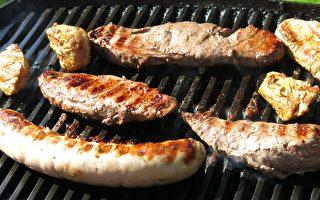 日男使用人力发电烤肉炉 一边吃饭一边减肥