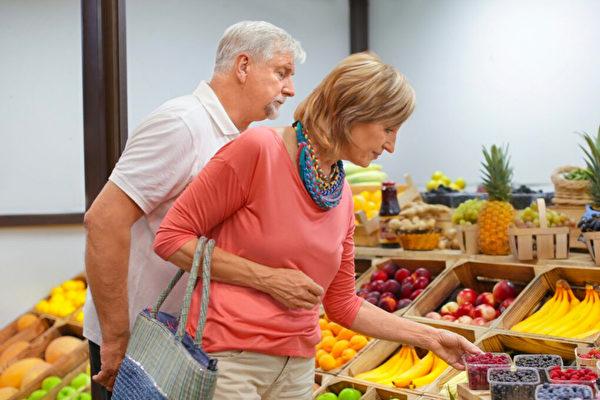 一些所谓的超级食品是进口的而且价格昂贵,而另一些则名副其实,价格也不高。(Shutterstock)