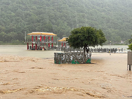 4日北市午後強降雨,大湖公園淹水,一片泥濘。