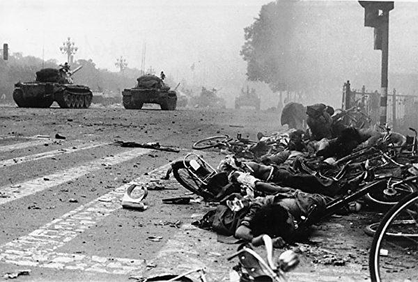 1989年6月4日早6:20-6:25,六部口十字路口,六部口邮局前,坦克退至十字路口东侧后,从广场方向随后驶出大量坦克、装甲车,这是已有人开始救护,有11人死亡,数人受伤。