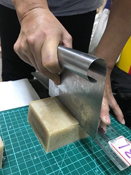 切皂時,墊上有尺度軟墊。