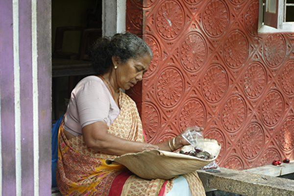 """""""亡妻""""在葬礼后回家 印度男子大吃一惊"""