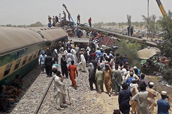 巴基斯坦南部两列车相撞 至少45死