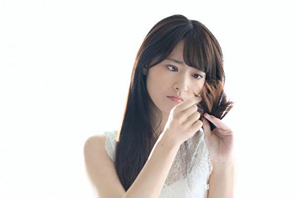有多种因素会影响头发健康,引起掉发、长白发、发质干燥枯黄和分岔。(Shutterstock)