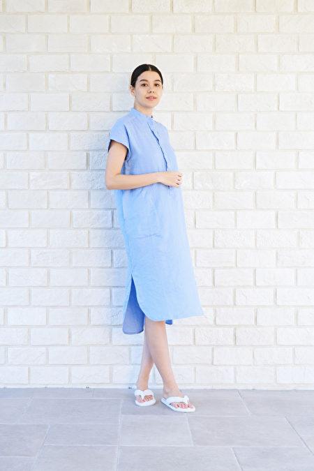 小立領滾邊、流線型的腰身剪裁、袖口異材質包邊,呈現端莊氣質。
