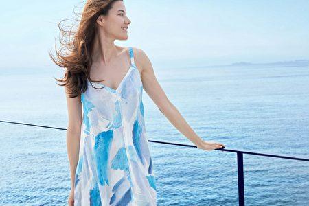 色彩渲染細肩帶洋裝,呈現女性的柔美氣質。A字型的剪裁設計可修飾身形,湛藍色彩充滿度假風情。