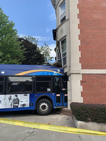 从汽车右侧可以看到,车的前门已经部分撞入了居民楼,并且公交车的顶部把建筑二楼的窗户和墙体也撞变形。