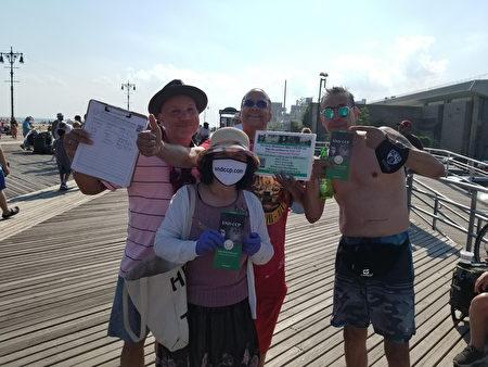 Sau khi ký tên, người dân đã chụp ảnh tập thể cùng các tình nguyện viên. (Ảnh: Global Service Center for Quitting the Chinese Communist Party)