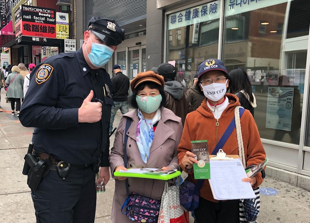 Sau khi ký tên vào đề xướng EndCCP, cảnh sát New York đã vui vẻ chụp ảnh chung với các tình nguyện viên và giơ ngón tay cái để thể hiện sự ủng hộ. (Ảnh: Global Service Center for Quitting the Chinese Communist Party)