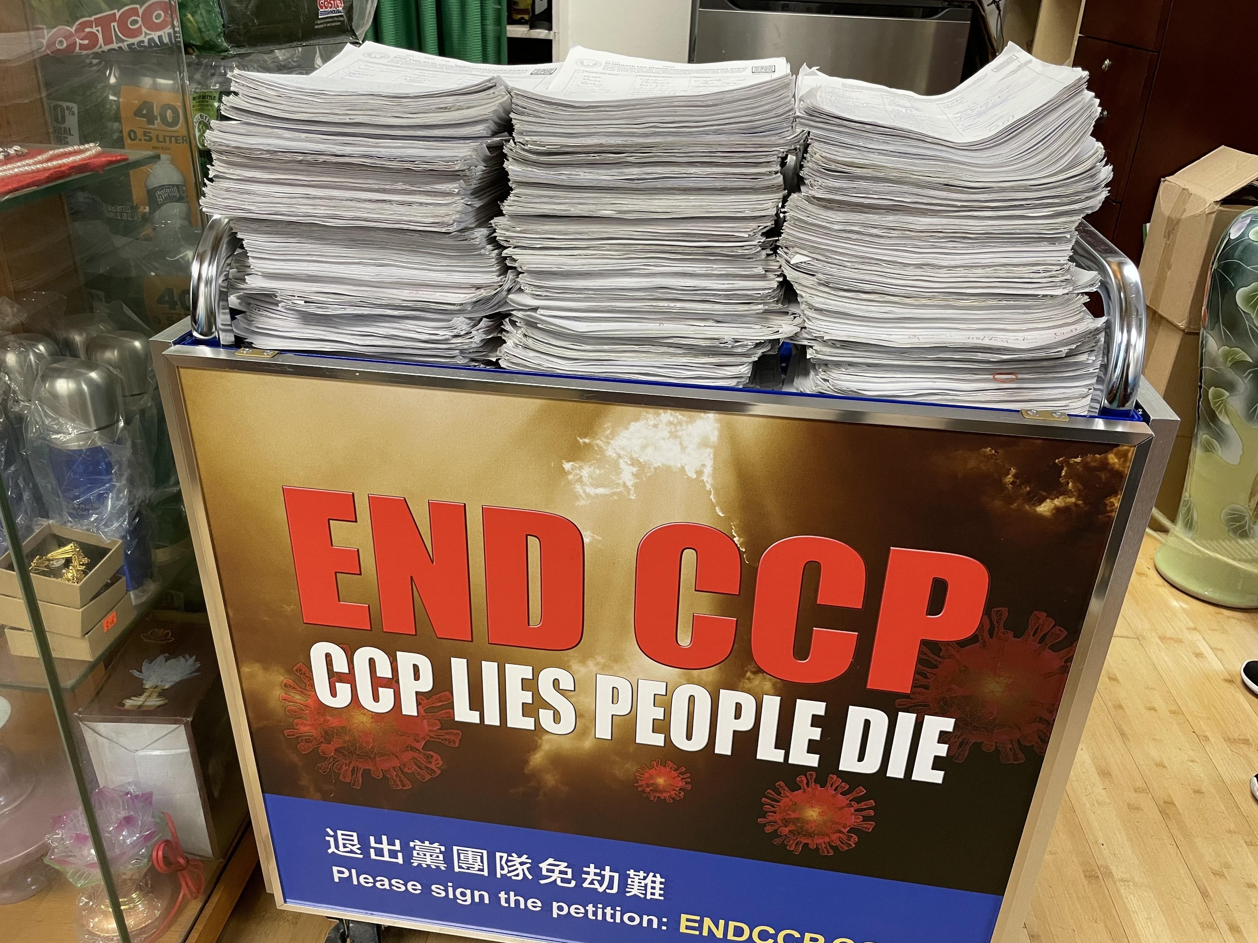 Các mẫu ký tên EndCCP dày đặc chữ ký, chất đầy ô tô, và đây chỉ là một phần nhỏ. (Lin Dan / The Epoch Times)