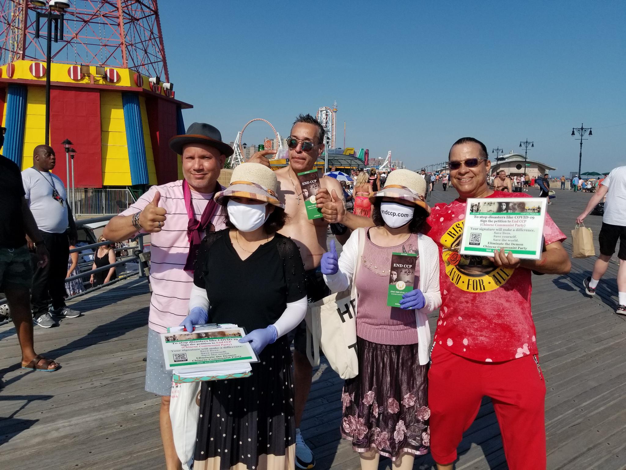 Sau khi ký tên, người dân New York vui vẻ chụp ảnh chung với các tình nguyện viên. (Ảnh: Global Service Center for Quitting the Chinese Communist Party)