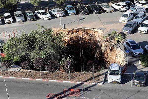 耶路撒冷突現天坑 吞噬三汽車 驚險視頻曝光