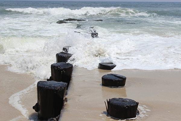 长滩岛下午时分海滩的浪潮。(wiki 公共领域)