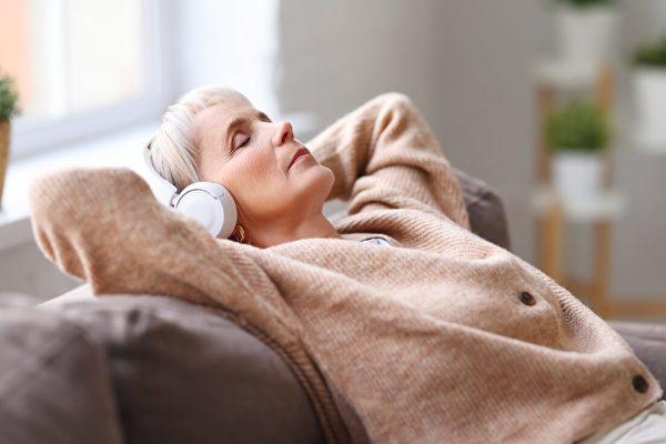老年人睡前聽音樂可助眠 四週以上效果最好