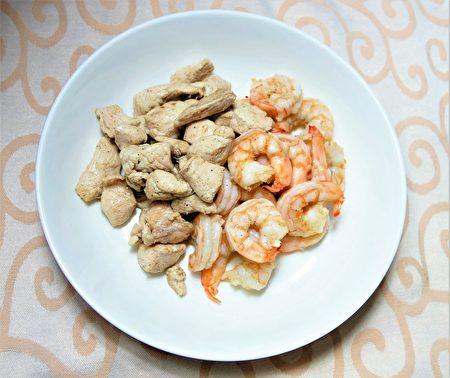 白虾和鸡胸肉淋上油醋酱就是一道美味可口的防疫美食。