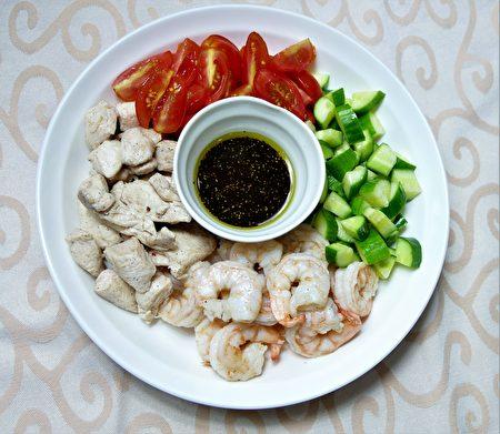 油醋沙拉是选用初榨的橄榄油和温和的醋液调和而成的沾酱,搭配新鲜蔬果就是防疫美食。