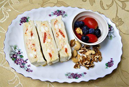 马铃薯泥和鸡蛋混和后,拌上美乃滋,可以夹在吐司中成为美味三明治。