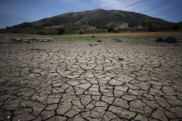 加州干旱当前 圣县水利局建议强制节水15%