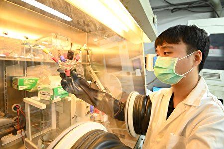 盧奕廷在清華大學重建英國的實驗設備,完成鈣空氣電池實驗。