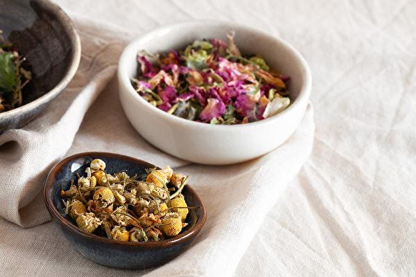 容易緊張、焦慮的人,可以用洋甘菊和玫瑰花泡茶來養頭髮。(Shutterstock)