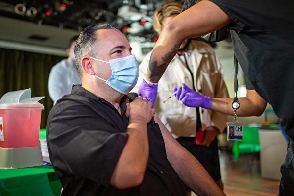 新泽西州长墨菲批评一些大城镇疫苗接种率不到50%