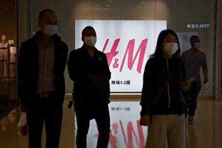 中国全国人大10日通过《反外国制裁法》,美国法学教授分析,以H&M等外国厂商禁止使用新疆强迫劳动棉花为例,新疆建设兵团可能反过来,根据此法起诉H&M等。示意图。
