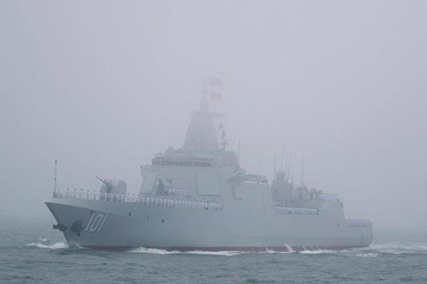 中共最新的055驱逐舰应该是052D的大型化,继续模仿美军的伯克级驱逐舰。(Mark Schiefelbein/AFP via Getty Images)