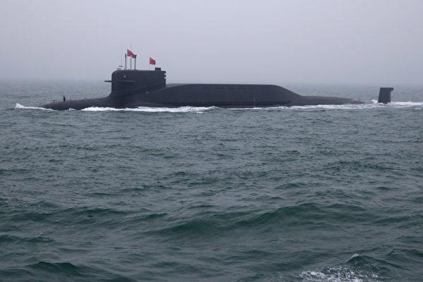 中共的094型弹道导弹核潜艇,可携带12枚巨浪-2型导弹。特殊高耸的龟背表明,巨浪-2型导弹体积和长度过大。(Mark Schiefelbein/AFP via Getty Images)