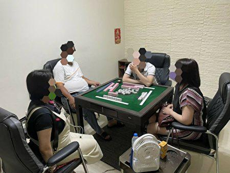 防疫期间聚赌,警布线监控破门逮人。
