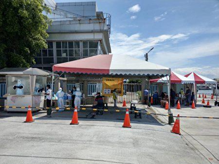 屏東縣設置東港外籍船員PCR篩檢站,讓目前滯留在港超過200位外籍船員全面篩檢,12日已篩檢39位外籍船員。