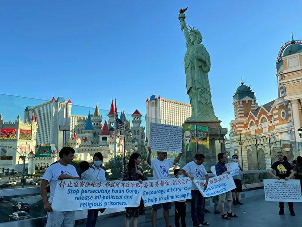 拉斯维加斯自由女神像前 华人撑香港挺自由