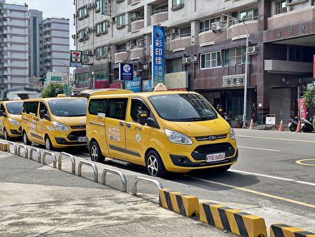 熱心小黃加入疫苗接種特約計程車,帶老人接種疫苖。
