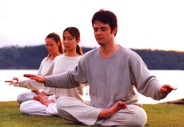 中西医师王金铎表示,可以透过气功、打坐锻炼,来充足人体能量系统,同时增加身体健康与保护力。