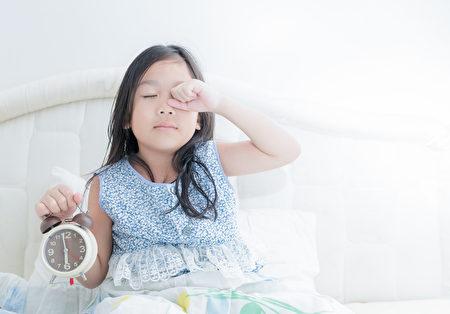 中西医师王金铎分享,按大地生息运转来作息,早睡早起是维持身心健康的关键之一。