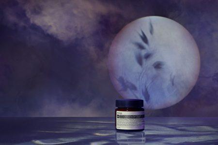 取适量夜间深层滋养敷过夜,隔天可以看到肌肤补充完养分的精神。