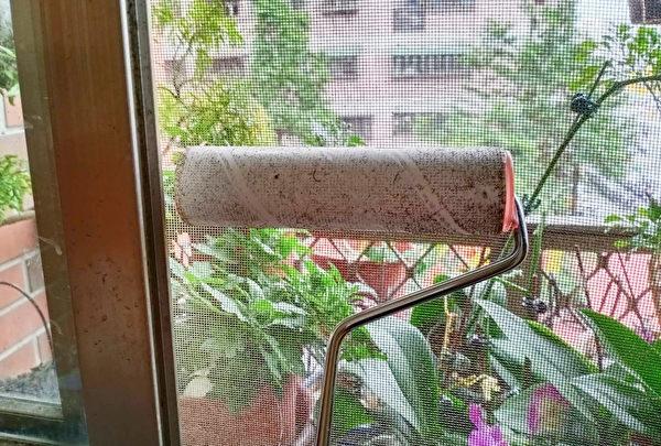 滾筒除塵紙是清理紗窗的好幫手。(唐依旋攝/大紀元)