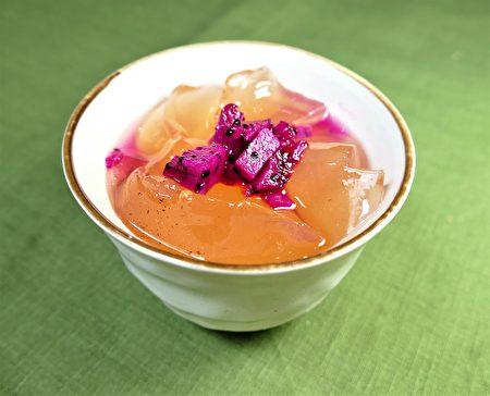 """在常温状态就能让爱玉的果胶酯在水中溶释出之后,慢慢凝冻成为最天然的""""果冻""""。"""