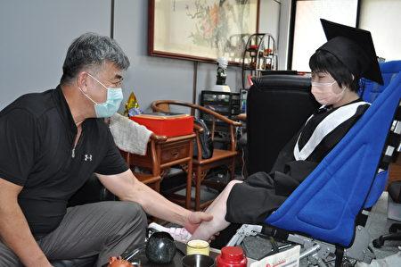 副校长陈宝亿心疼周昀锜以轮椅代步,每次碰面总会轻轻帮她按摩血液循环不良小腿。