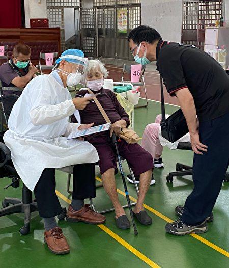 宏光诊所何钟德全力支援,6/15-6/17开设的台中日南国中快打站,为老年市民施打疫苗。