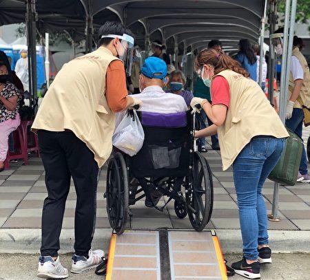 """屏东县大规模疫苗施打首日,县府规划""""屏东模式""""的贴心服务,让家属和长辈都备感亲切。"""
