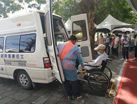 屏东县大规模疫苗施打,长照专车、小黄公车、复康巴士免费接送服务。