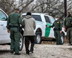 """被""""非人道""""藏匿  德州边境100多非法移民遭捕"""