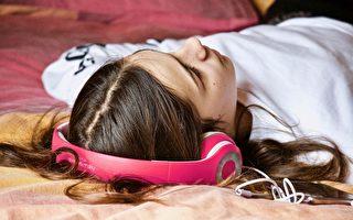 研究:睡觉也会余音缭绕 睡前听音乐影响睡眠