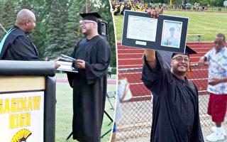 父爱如斯 替已故儿毕业典礼领高中证书