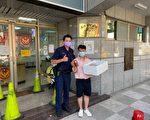 天气炎热警察辛苦了 冰品店温馨暖送情